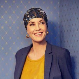 Turban na hlavu po chemoterapii Yoga tmavý s kvetinovým vzorom - taktrochainak.sk